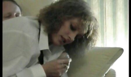 अपनी फुल सेक्सी मूवी पिक्चर प्यारी पत्नी के करीब उसकी पत्नी को देखता है जो एक बेकार आदमी
