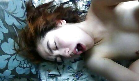 वह अपने सेक्सी मूवी पिक्चर वीडियो छेद में अपनी जीभ काम